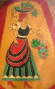 Festett fa falikép: Lány népviseletben szüreten