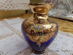 Kék bohémia váza plasztik virágokkal