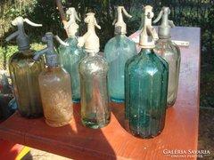 Több darab színes szódásüveg