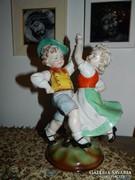 Impozáns méretű sorszámozott szobor > táncoló gyerekek