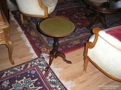 Barokk kis póklábú kör asztalka,bőr tetővel.
