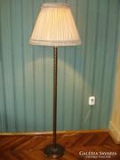 Antik bronz állólámpa csavart mintával, selyem búrával