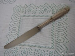 Ezüstözött markolatú kés