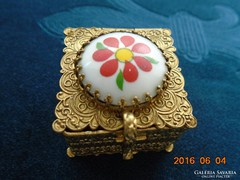 Tűzaranyozott bronz(ormolu)gyűrűs doboz porcelán betéttel