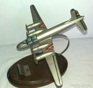 Bombázó repülő asztali dísz