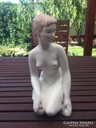 Térdelő Lány porcelán Aquincum