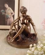 Ülő női akt szobor