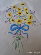 Himzett len abrosz virágokkal.   106 x 103 cm.