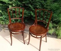 Gyönyörű felújított Thonet székek párban.