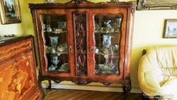 Gyönyörű dúsan faragott Csippendél vitrin szekrény eladó.