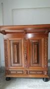 Gyönyörű faragott antik szekrény