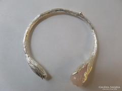 Páratlan szépségű ezüst karék, karkötő faragott drágakővel