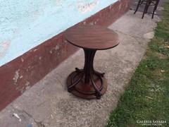 Kis kerek asztal