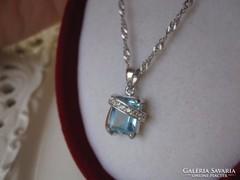 Dizájner ezüst medál kék és fehér topázokkal, ezüst lánccal