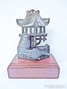 Kínai épület fa talpon szobor