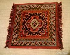 Kézi csomózású szép színvilágú kis méretű gyapjú szőnyeg.