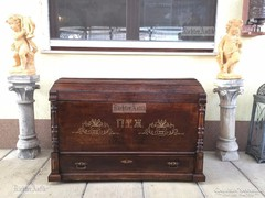 Antik bútor, politúros utazó láda 38.