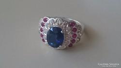 Ezüst gyűrű, nagy Zafírral és kis Rubinokkal díszítve