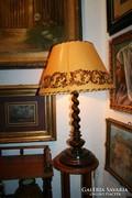 Nagy méretű asztali lámpa - esztergált, faragott dióból