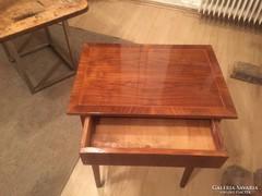 Szecessziós kisasztal
