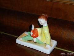Bodrogkeresztúri kerámia szobor - babázó kislány