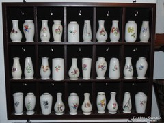 30 darab Hollóházi kis váza polccal együtt