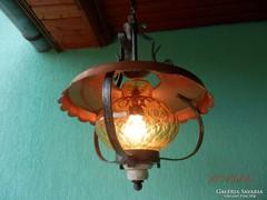 Kovácsoltvas díszítésű mennyezeti lámpa.