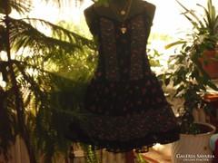 Gyönyörű tradicionális alkalmi ruha.