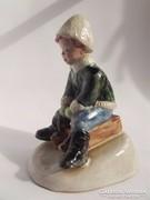 Izsépy szánkózó gyermek gyerek fiú kerámia figura