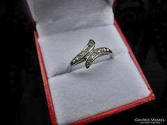 Dekoratív arany gyűrű gyémántokkal