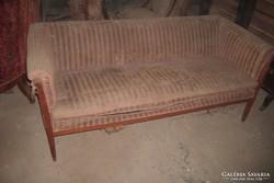 Szecesziós kanapé négy székkel.