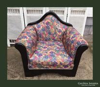 Különleges formájú,fa keretes fotel
