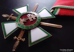 Magyar Érdemrend lovagkeresztje hadiszalagon kardokkal