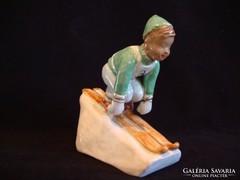 Jelzett Izsépy kerámia síelő fiú szobor