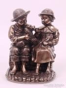 Két gyermek kutyával szobor