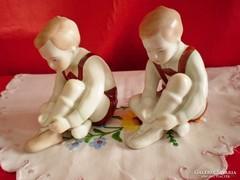 Aquincumi cipőt kötő porcelán fiú darabra