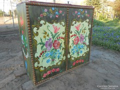 Kézzel festett népi virágmintás fa láda