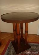 Kerek asztal oszlopos lábakkal