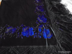 Hímzett selyemkendő