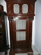 2db faragott antik oszlopos mahagóni szekrény egy kastélyból