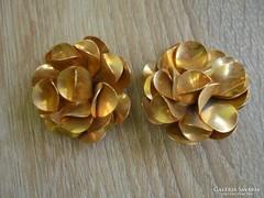 Arany színű virágos ruhadísz párban