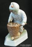 Gyerek tüzifával - zsolnay porcelán