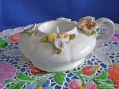 Virágokkal díszített jelzett porcelán füles gyertyatartó