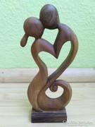 Végtelen szerelem diófa szobor.