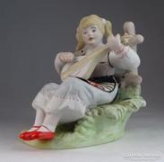 0M705 Hibátlan biszkvit porcelán gitározó lány