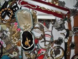 Több száz darab ékszer (gyöngyök,órák,gyűrűk,keresztek stb.)