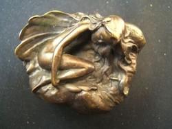 Kövön alvó szitakötő lány akt bronzszobor