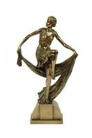 Szoknyás nőalak szobor