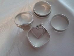 4 db Ezüst Gyűrű, Medál Ékszertartóban.