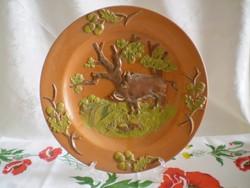 Vadász vaddisznó jelenetes domború festett kerámia tál több féle festéssel